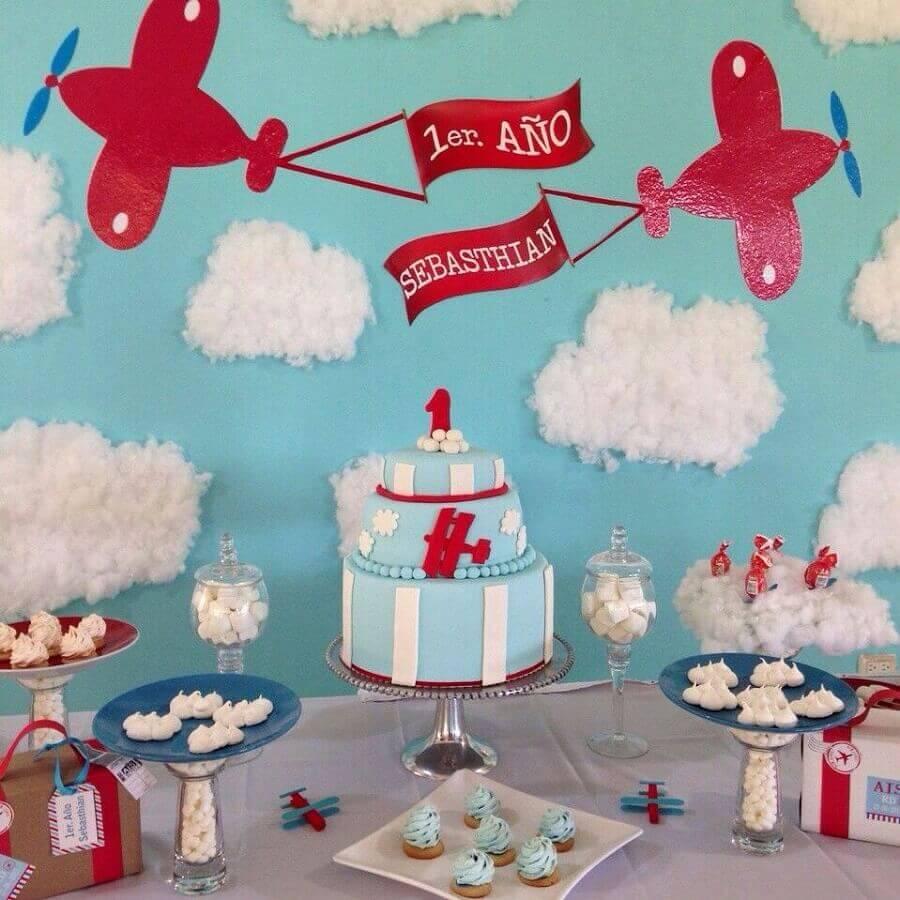 decoração de aniversário menino azul e vermelho com pequenos aviões Foto Pinterest