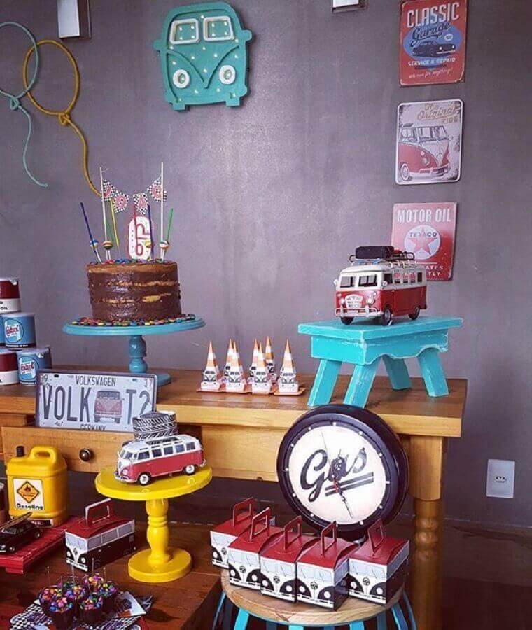 decoração de aniversário menino com kombis antigas Foto Pinterest