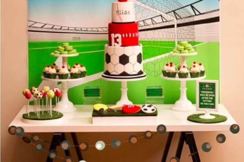 decoração de aniversário menino com tema futebol e bolo três andares Foto Pinterest