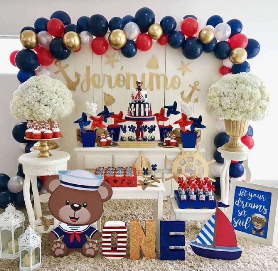 decoração de aniversário menino com tema marinheiro em tons de vermelho azul branco e dourado Foto InEventos
