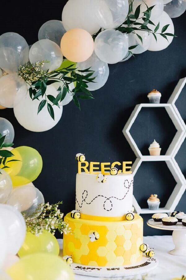 decoração de aniversário preto amarelo e branco com tema abelinhas e bolo dois andares com decoração personalizada Foto Pinterest
