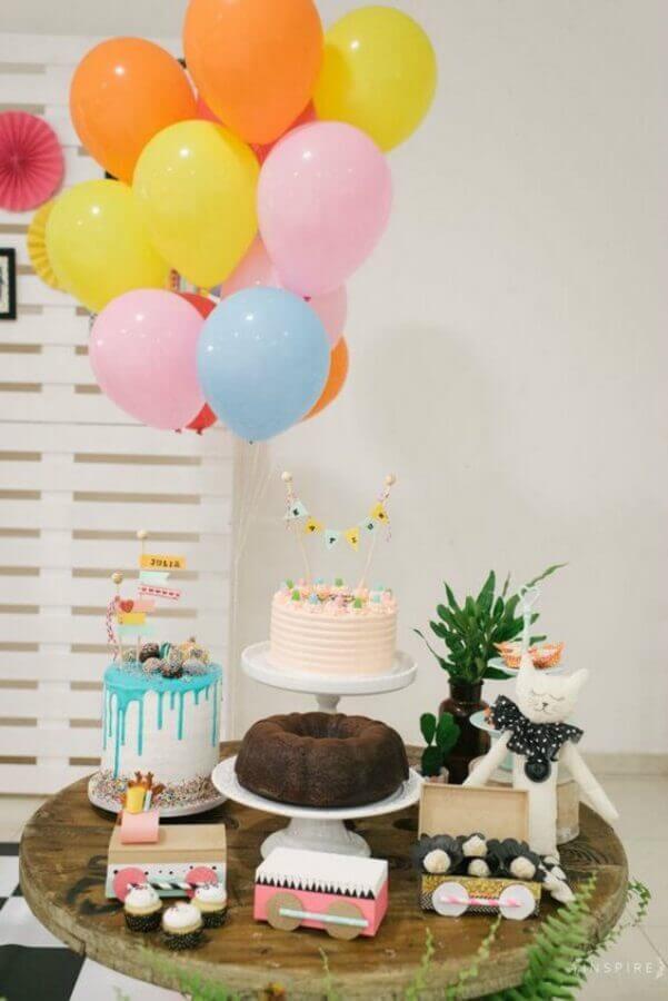 decoração de aniversário simples com balões coloridos e três bolos diferentes Foto Ateliêr a Cá Decora