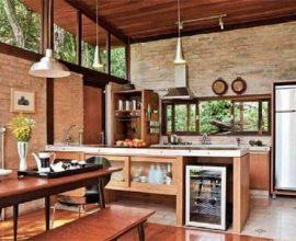 decoração de cozinha rústica com parede de tijolinho e luminárias pendentes  Foto Pinterest