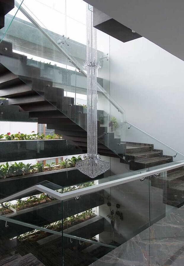 decoração de escada com lustre de cristal Foto Homedit