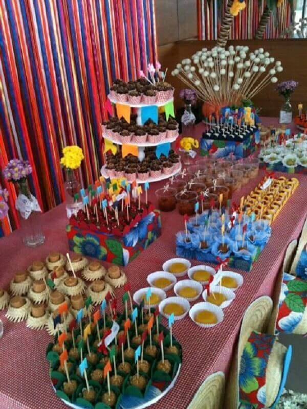Table decoration for birthday theme June party Photo MdeMulher