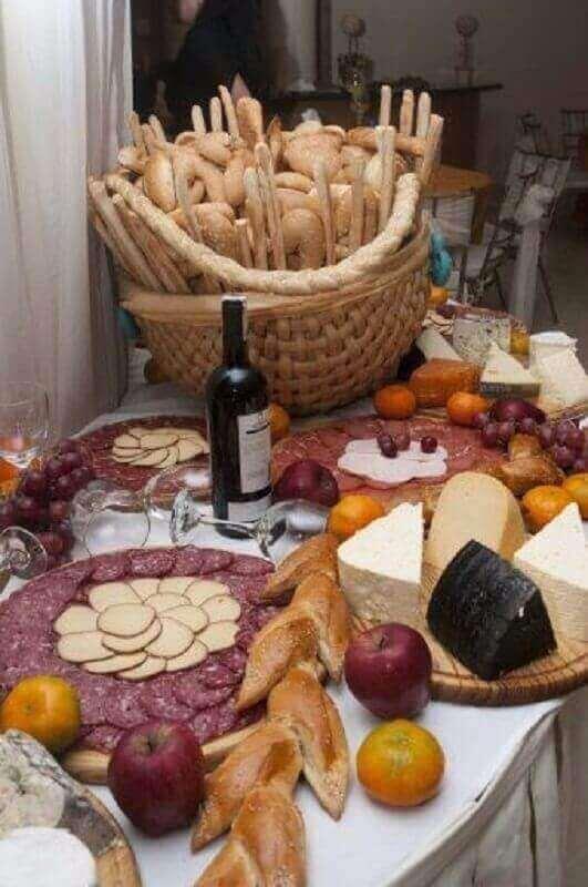 decoração de mesa de frios com grande cesta de pães Foto Letter Sample