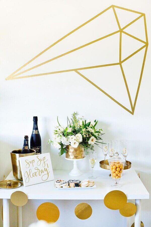 decoração de noivado simples branco e dourado Foto Table Decorating Ideas