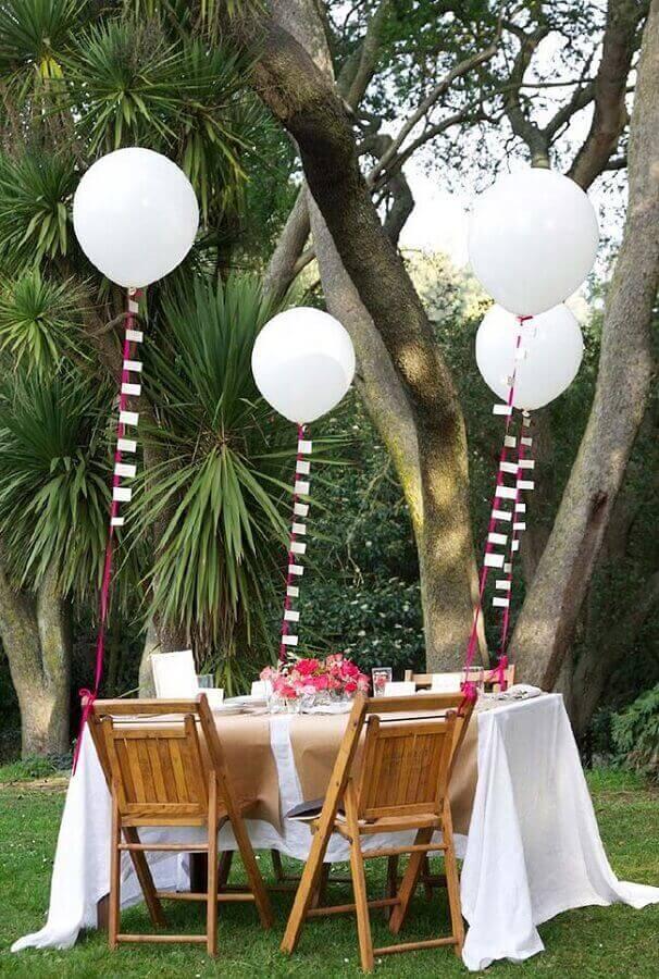decoração de noivado simples com balões brancos e centro de mesa com rosas Foto Neu dekoration stile
