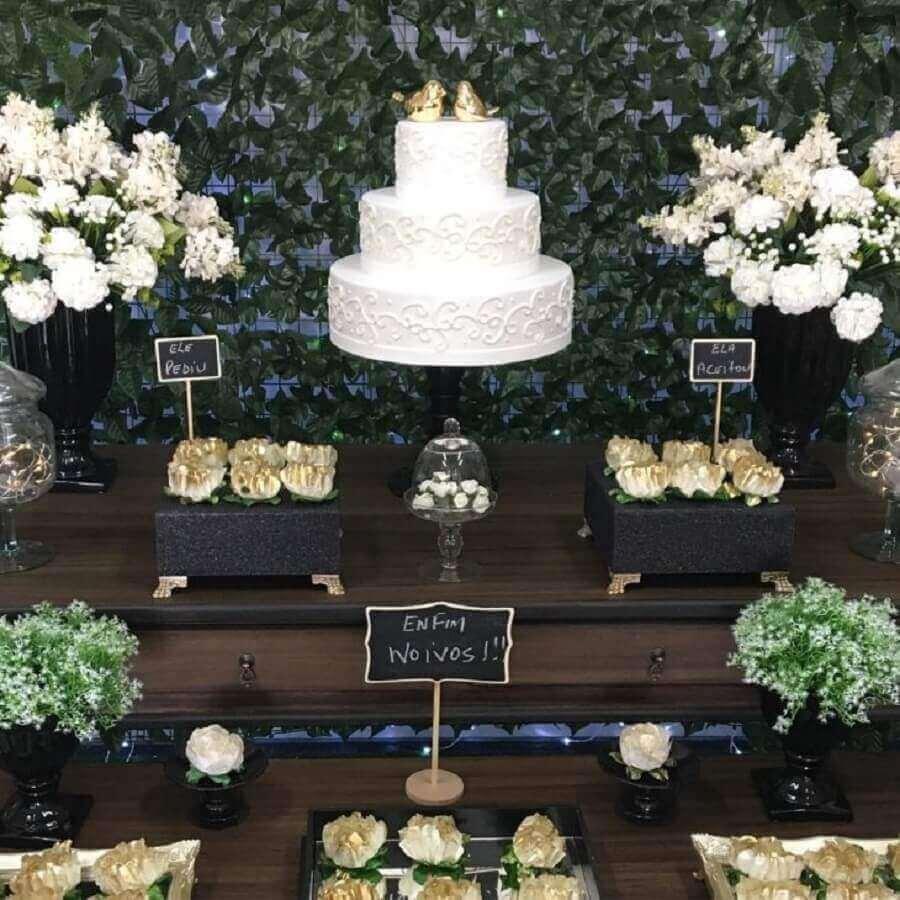 decoração de noivado simples com bolo todo branco três andares com passarinhos dourados no topo Foto Dona Decor Eventos