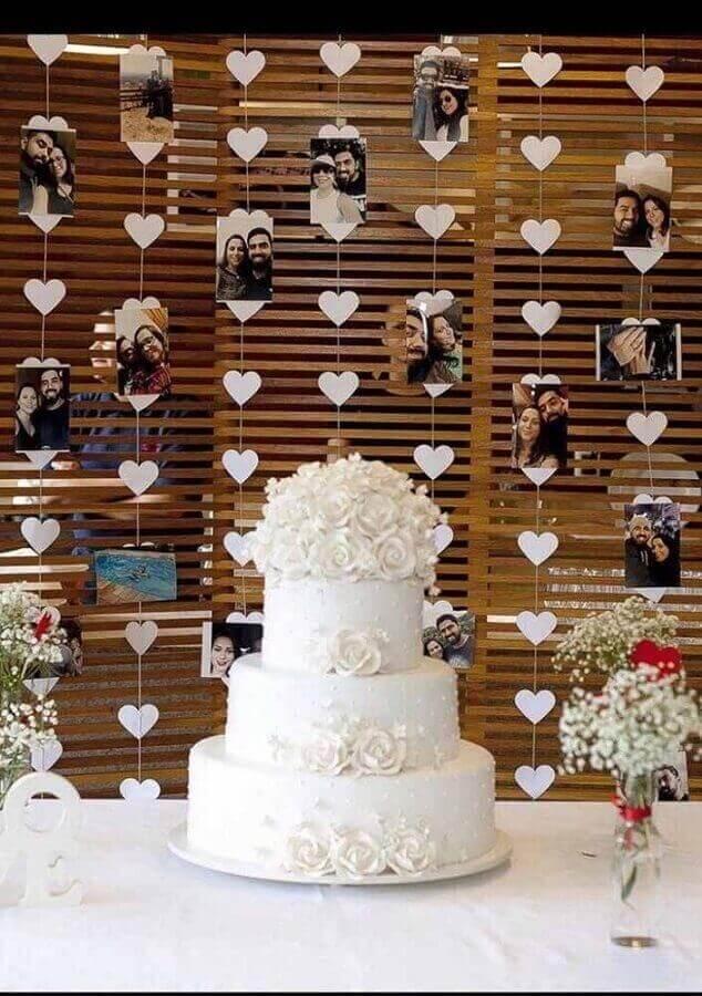 decoração de noivado simples com cortinha de coração com fotos Foto Pinosy