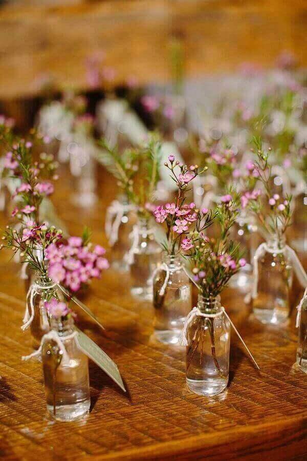 decoração de noivado simples com garrafinhas de vidro para vaso Foto Pinterest