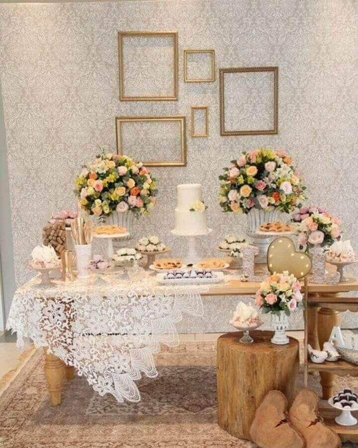 decoração de noivado simples com móveis de madeira bolo branco e grandes arranjos de rosas Foto Point Comunicação