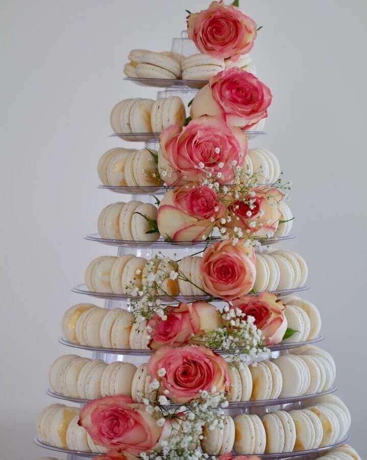 decoração de noivado simples com prato de macarons decorado com flores Foto Chef Ione Cavalli