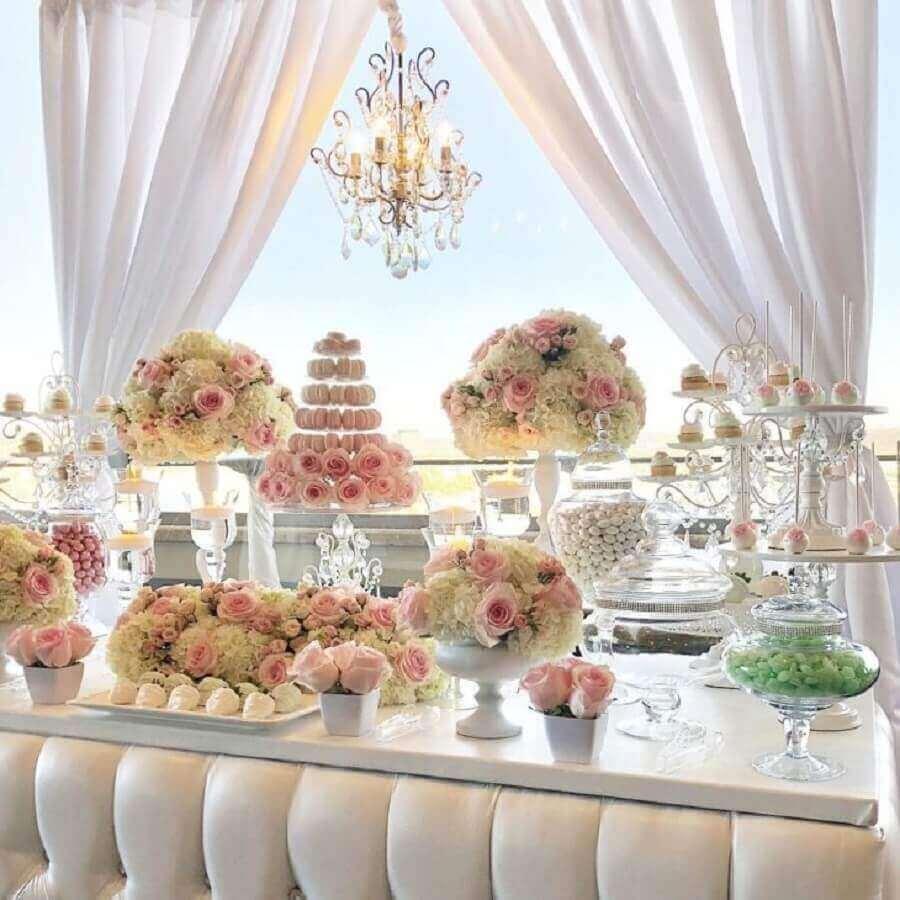 decoração de noivado simples com vários arranjos de flores brancas e rosa Foto Bizzie Bee Creations by Iris