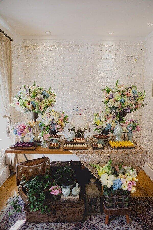 decoração de noivado simples com vários arranjos de flores e bolo branco dois andares Foto Home Decoo
