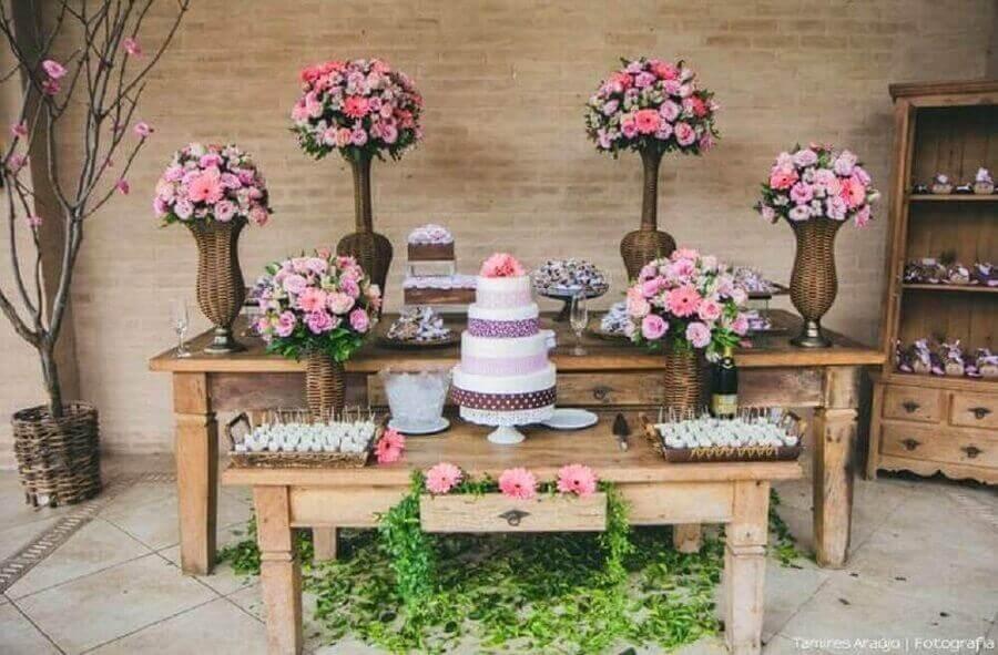 decoração de noivado simples com vários arranjos de rosas e mesa rústica de madeira Foto Verbo Casar