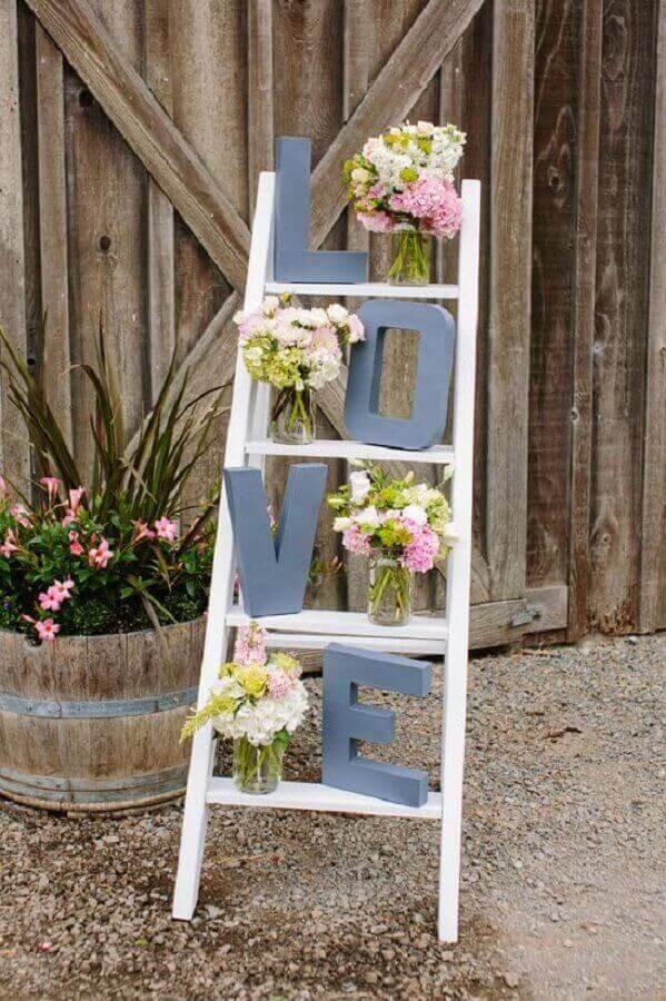 decoração de noivado simples com vasos de flores em escada Foto Wedding Ideas