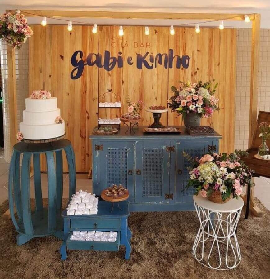 decoração de noivado simples e rústico com painel de madeira e móveis antigos pintados de azul Foto Clarissa Cunha