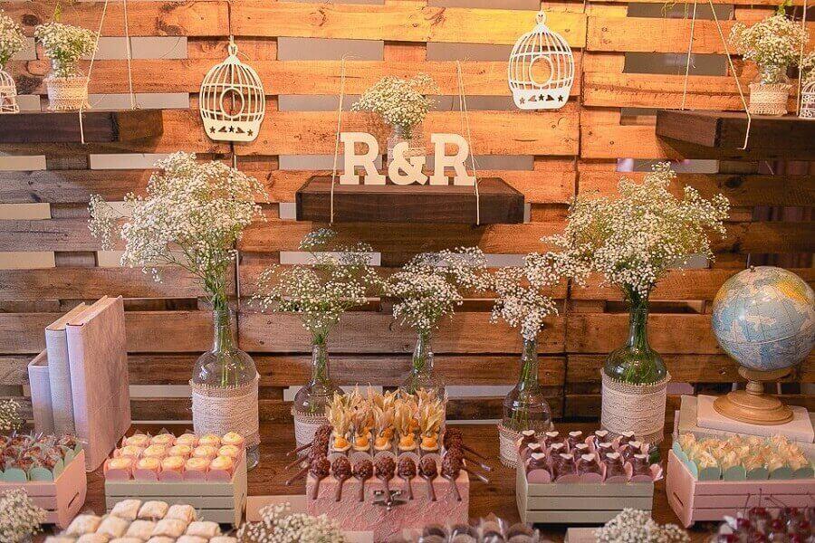 decoração de noivado simples e rústico com vários docinhos e delicados arranjos com flores mosquitinho Foto Pinterest
