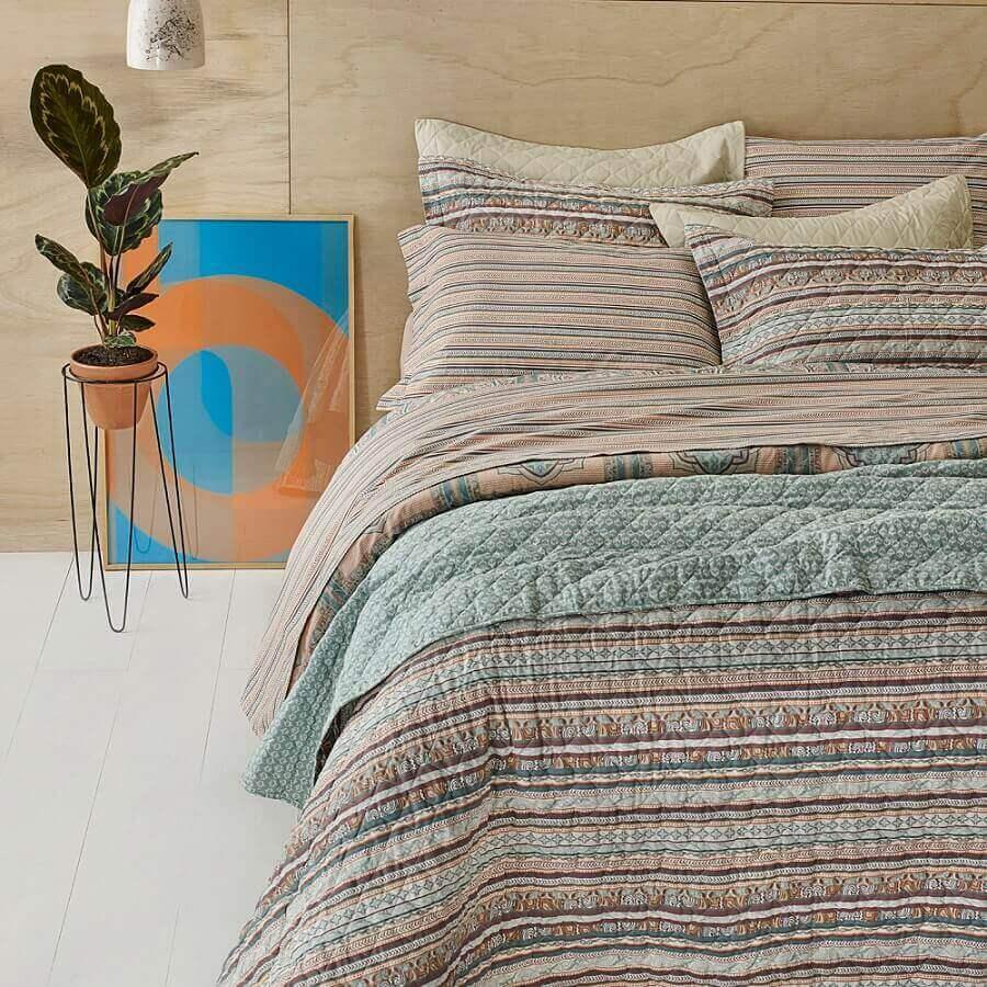 decoração de quarto com lençol estampado e revestimento em madeira para parede Total Mix - Alikia