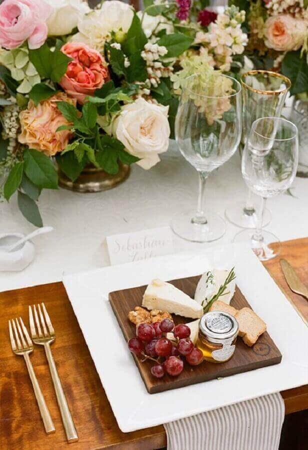 decoração delicada com mesa de frios para casamento com arranjos de flores Foto Pinterest
