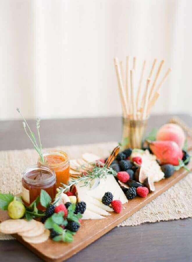 decoração delicada para mesa de frios e frutas com potes de geleia Foto A Minha Festinha