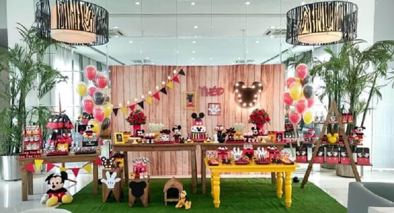 decoração do mickey para festa infantil com painel rústico Foto Laize Amorim