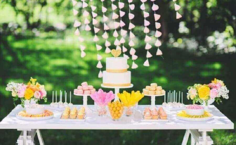 decoração em tom pastel para mesa de noivado simples Foto Cris Raupp