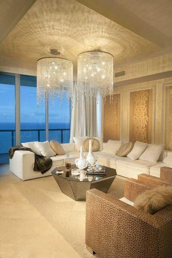decoração em tons neutros com dois lustre de cristal para sala de estar Foto ArchiDom