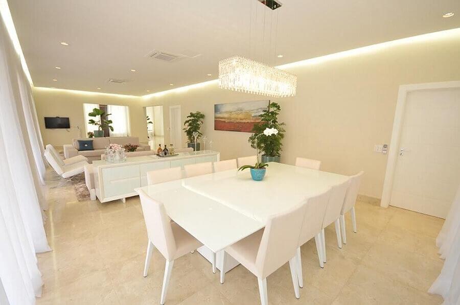 decoração em tons neutros com lustres de cristal para sala de jantar integrada com sala de estar Foto Belissa Corral