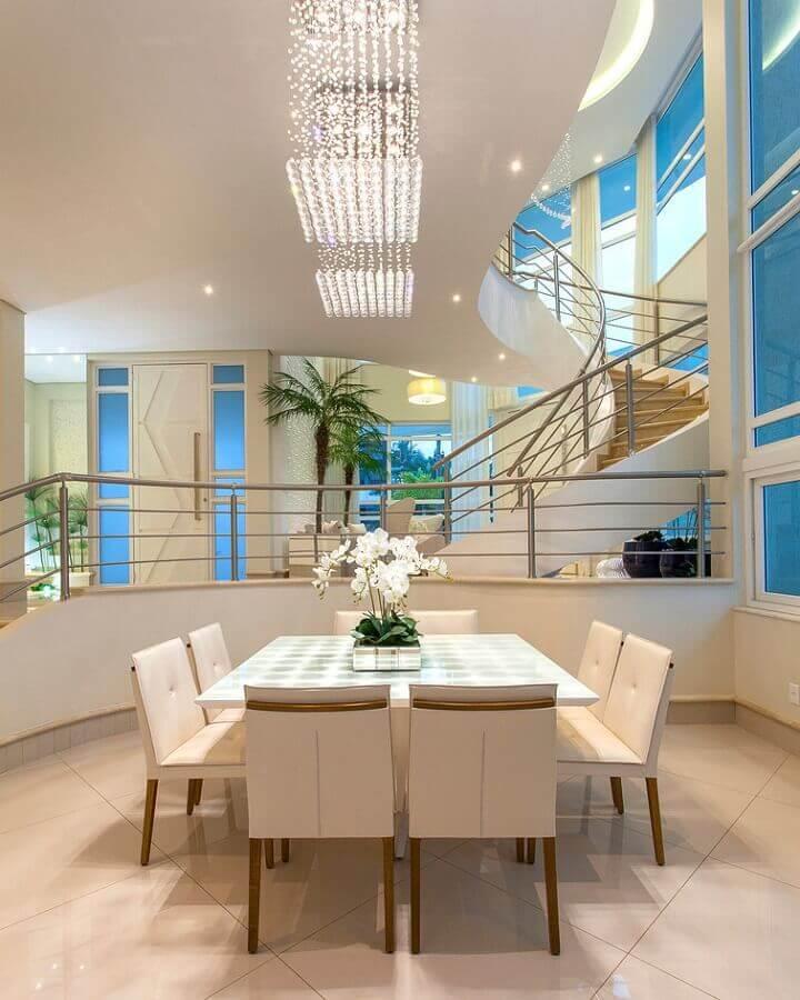 decoração em tons neutros com lustres de cristal para sala de jantar moderna Foto Arquiteto Aquiles Nícolas