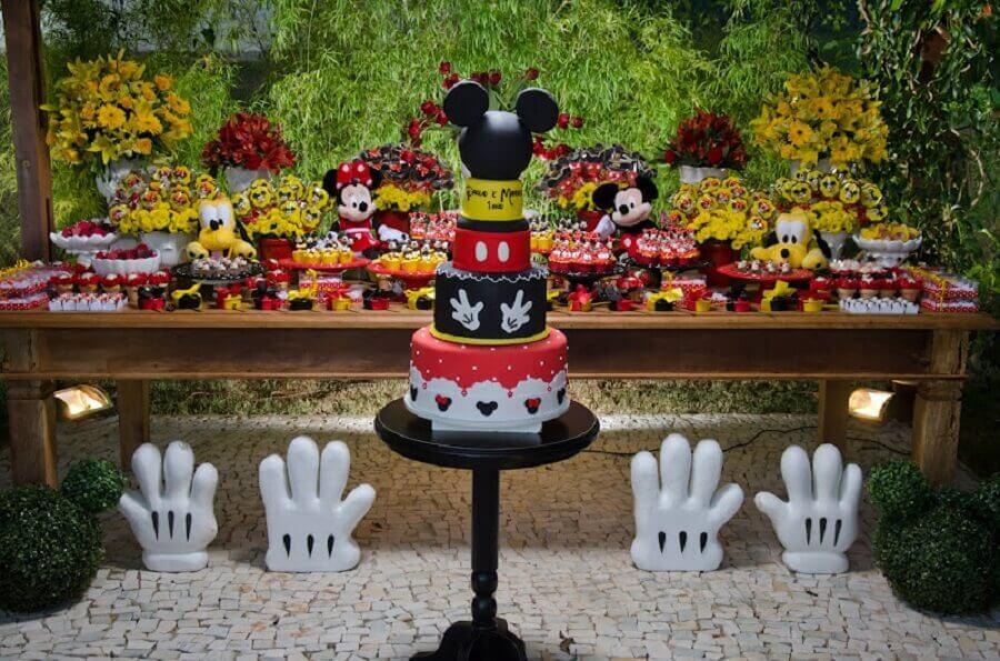 decoração festa do mickey com bolo 5 andares painel de folhagens e arranjos de flores Foto Engenheiras da Festa