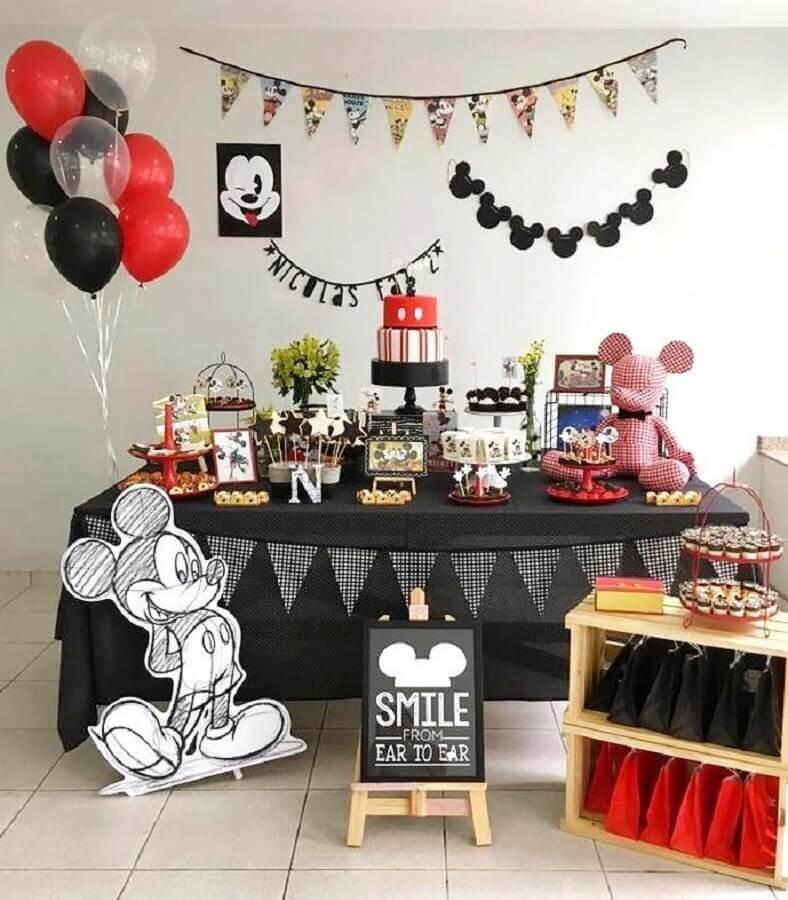 decoração festa do mickey preta e vermelha com bandeirinhas na parede Foto Pitica Festeira