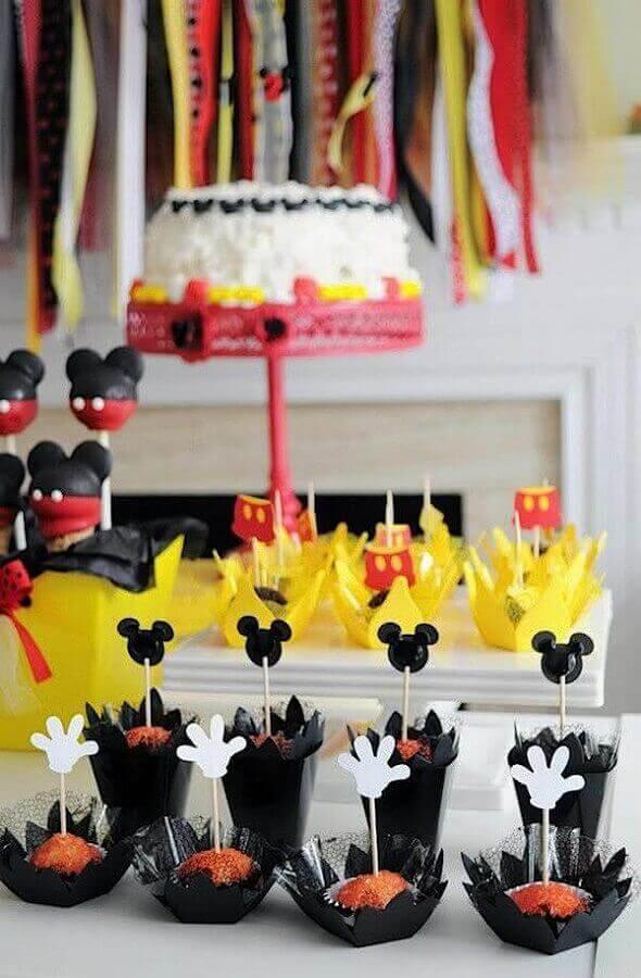 decoração festa infantil mickey simples com docinhos decorados Foto Pinterest