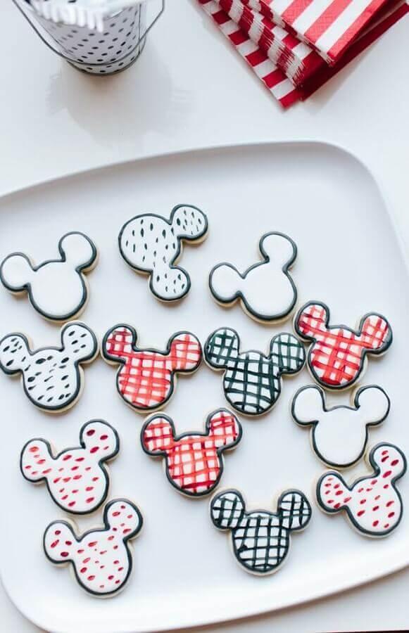 decoração festa infantil mickey simples com docinhos personalizados no formato do personagem Foto Pinterest