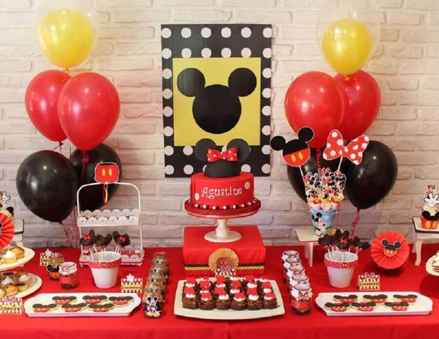 decoração festa infantil mickey simples com vários docinhos personalizados Foto Amo Decorar