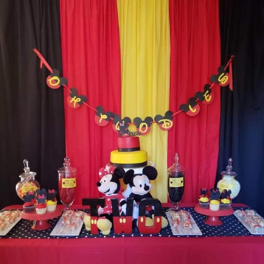 decoração mickey e minnie com mesa preta vermelha e amarela Foto More Love Creations