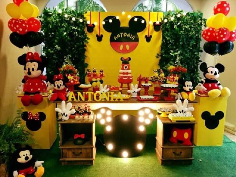 decoração mickey e minnie com painel de folhagens e luminária de mickey Foto Decoração de Festas