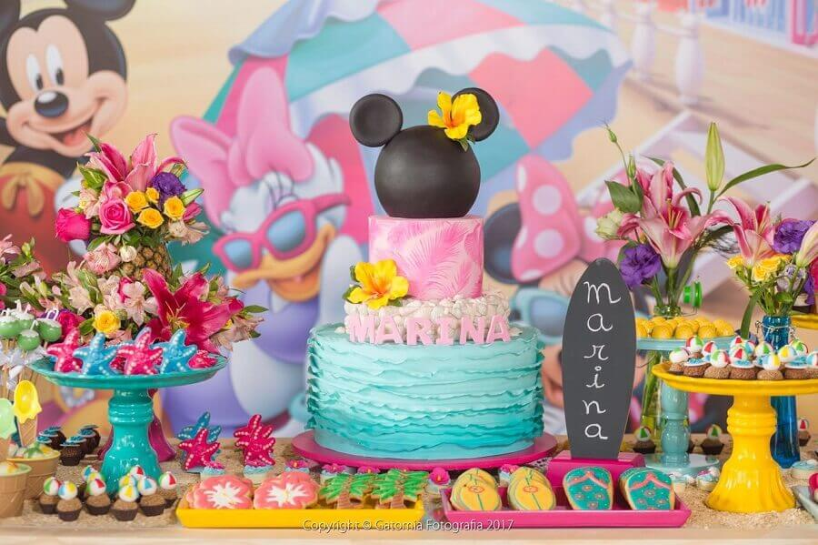 decoração mickey e minnie na praia com detalhes coloridos e vários arranjos de flores Foto Sra. Festa