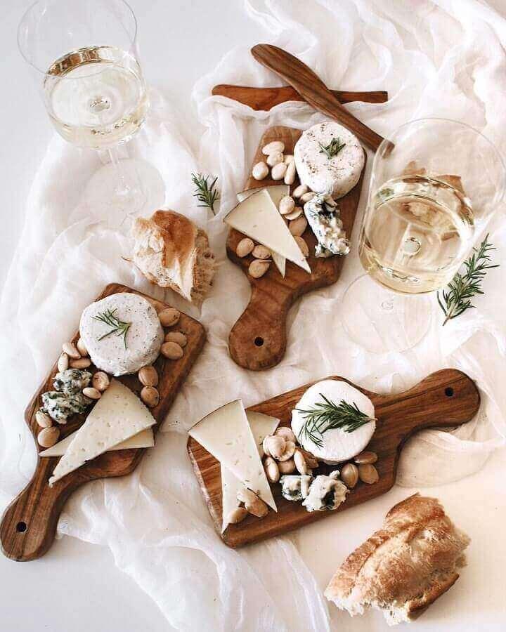 decoração minimalista com mesa de frios decora com pequenas tábuas de madeira Foto Enjoy by Paula