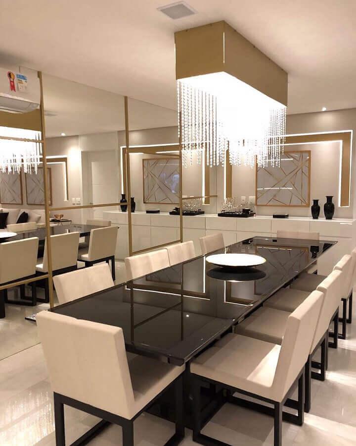 decoração moderna com lustre para sala de jantar com parede espelhadas e detalhes em dourado Foto Monise Rosa Arquitetura