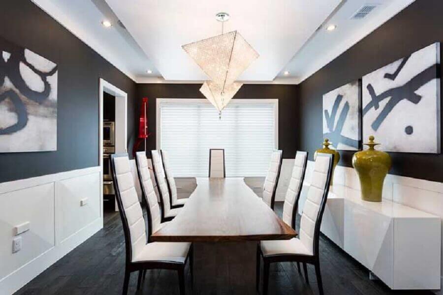 decoração moderna com lustres de cristal para sala de jantar preta e branca Foto HomeAway