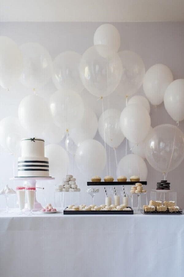 decoração para festa de aniversário com balões brancos e bolo preto e branco Foto Urban Flip Flops