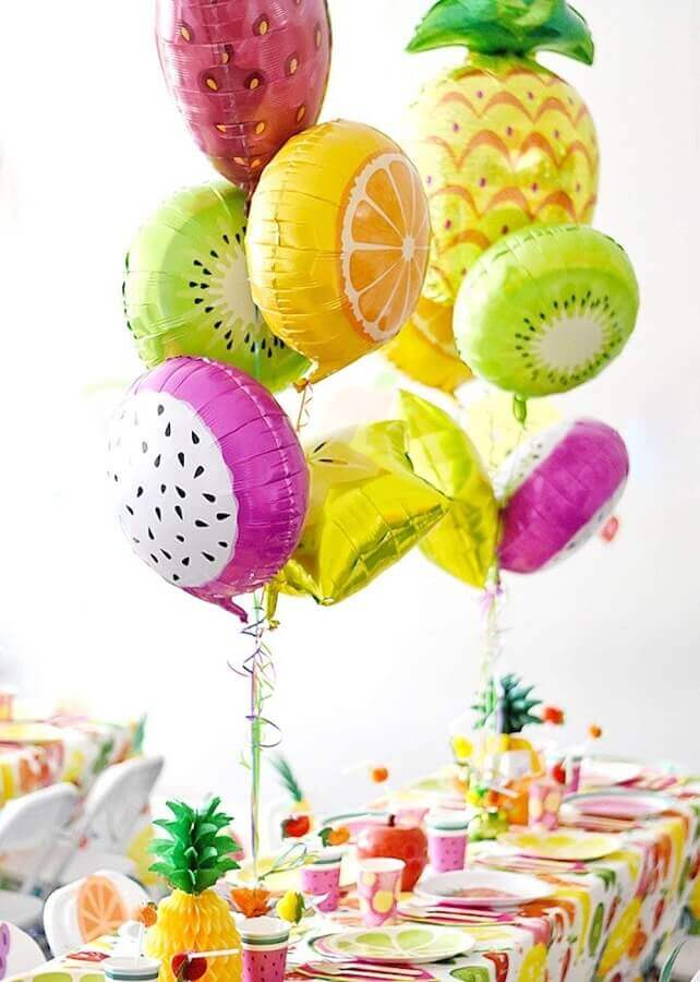 decoração para festa de aniversário com balões coloridos em formato de frutas Foto Fabio Fast