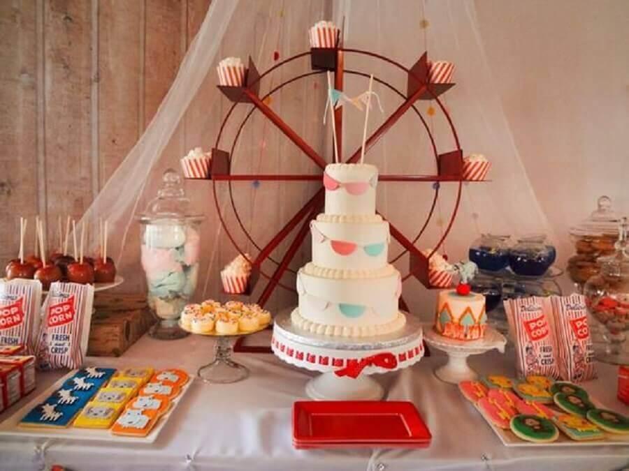 decoração para festa de aniversário com roda gigante de brinquedo sobre a mesa Foto Com Mãos de seda