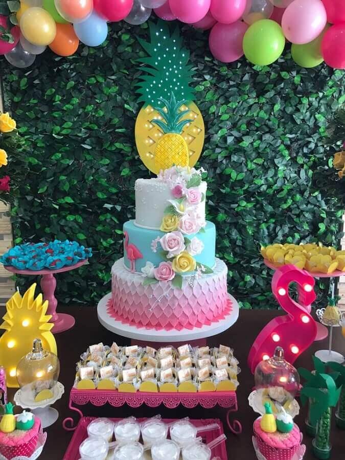 decoração para festa de aniversário tropical com bolo três andares e painel de folhagens Foto Pinterest