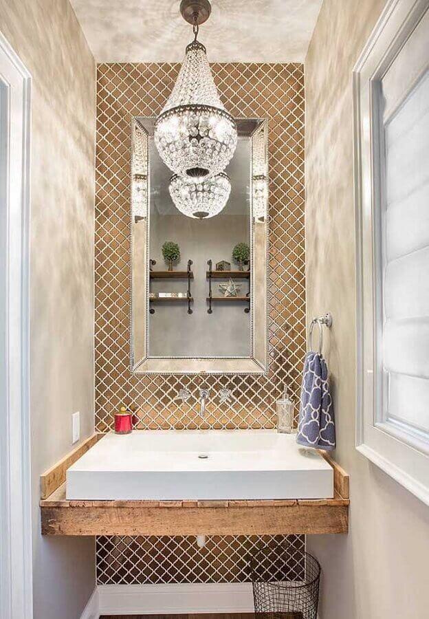 decoração para lavabo com lustre de cristal bancada de madeira e pastilhas douradas Foto Pinterest