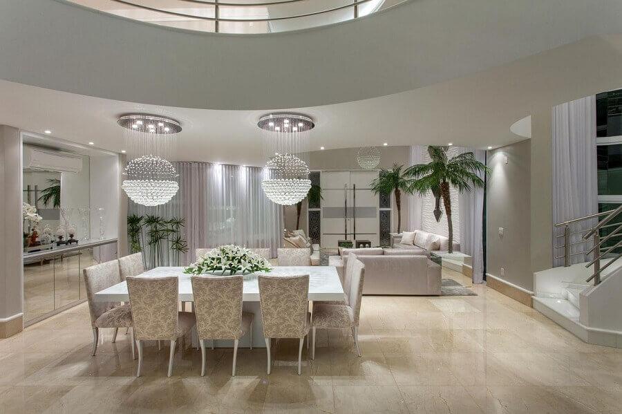 decoração para sala de estar e sala de jantar integradas com lustre de cristal redondo Foto Aquiles Nicolas Kilaris