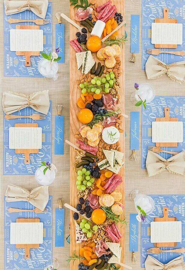 decoração rústica com mesa de frios para festa Foto Evensi