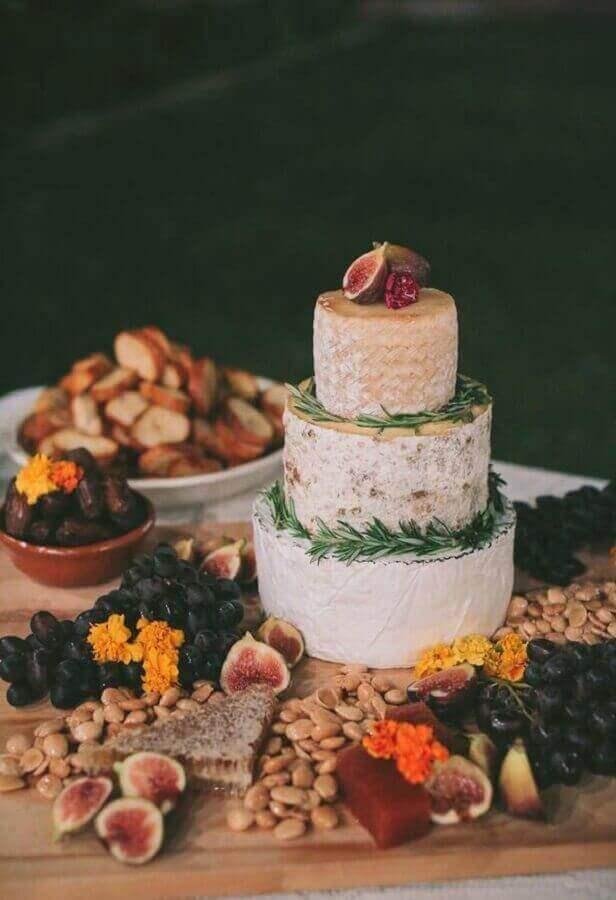 decoração rústica para mesa de frios e frutas Foto The Knot